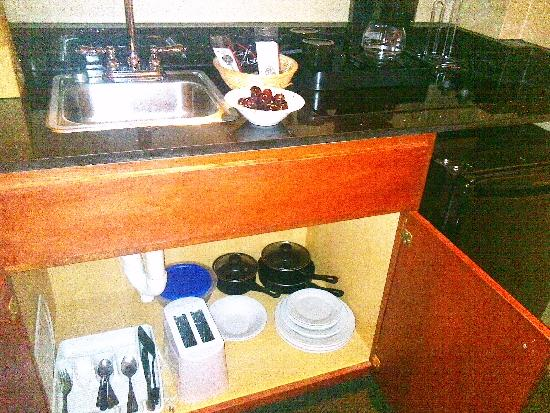 The Governor Dinwiddie Hotel & Suites: kitchenette area