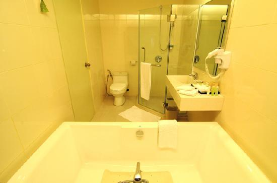 The LimeTree Hotel Kuching: Executive Suite bathroom