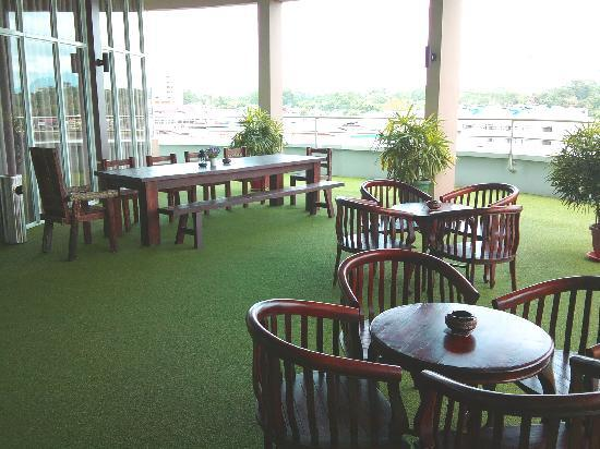 The LimeTree Hotel Kuching: LimeLight Rooftop Lounge - outdoor