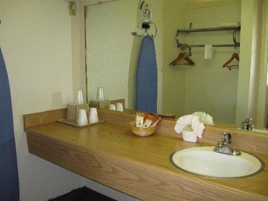 Vagabond Inn San Luis Obispo: The bathroom was clean and had ample counter space.