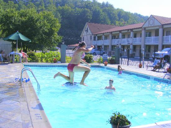 BEST WESTERN PLUS Riverpark Inn & Conference Center Alpine Helen: Kids in the pool