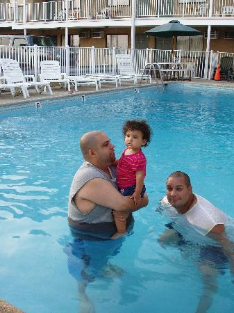 Belmont Motel: @ poolside with family