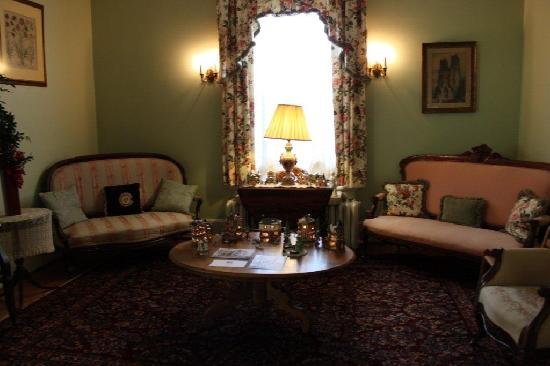 Fountain Hall B&amp;B: Gather with other guests in one of two sitting rooms.