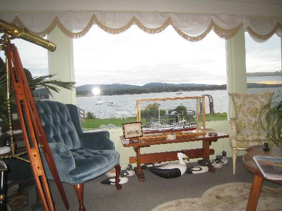 The Moorings Inn Waterfront: Front room view