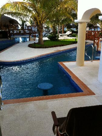 Hidden Beach Resort - Au Naturel Club: Swim up and pool/bar