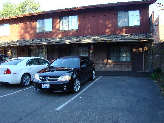 Dude Rancher Lodge: Park at your room