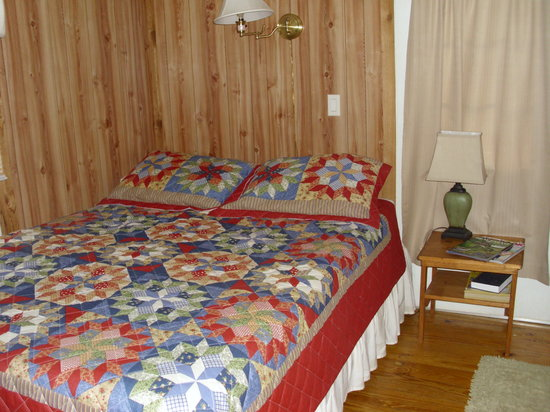 Creekside Cabins: queen bedroom
