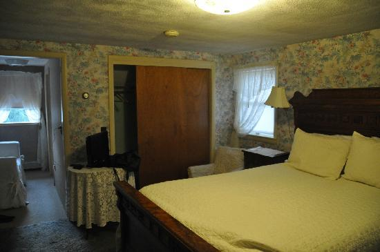 Almost in Mystic/Mare's Inn: Bedroom