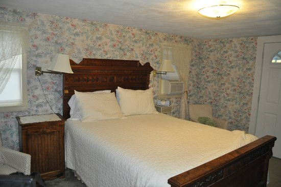 Almost in Mystic/Mare&#39;s Inn: Bedroom