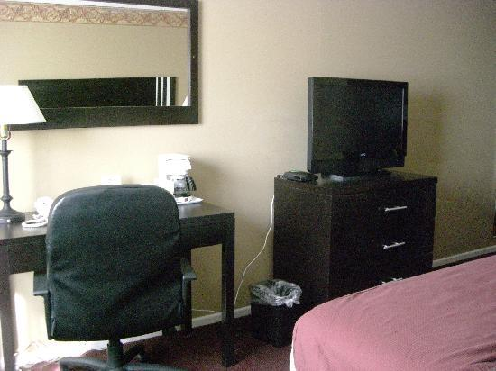 Days Inn Bellingham: desk and TV