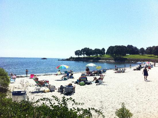 Niantic Inn: Hole in the Wall beach across the street