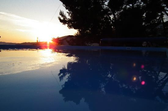 Apartments Villa Goja: Sunset by the swimming pool
