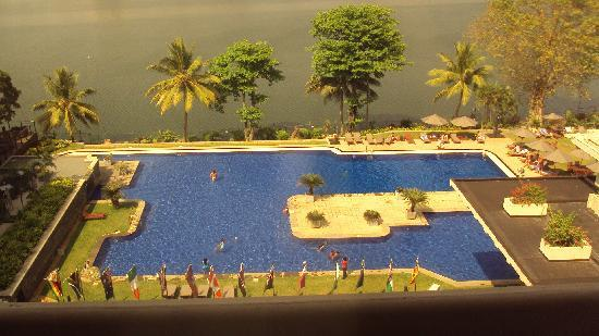 Cinnamon Lakeside Colombo: Beautiful view of pool and river.