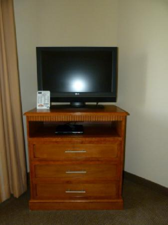 Candlewood Suites-Omaha Airport: HDTV and Dresser