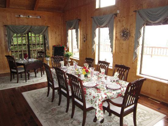Elkwood Manor Luxury Bed & Breakfast: The table set for breakfast in the morning.