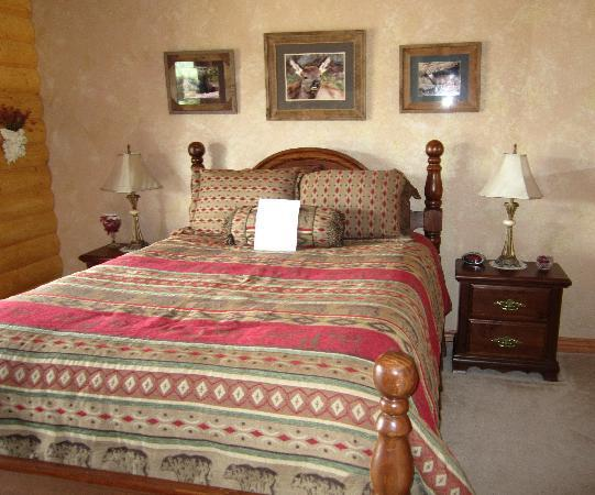 Elkwood Manor Luxury Bed & Breakfast: Our spacious bedroom in the B&B.