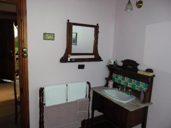 Killynaught Spa Cottages: Hannah&#39;s bathroom
