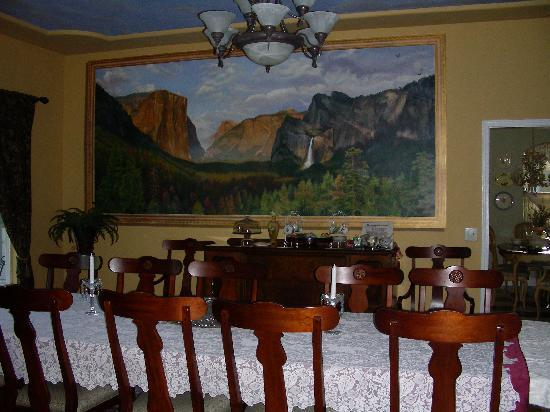 Yosemite Rose Bed & Breakfast: Dining room when weather is cold.