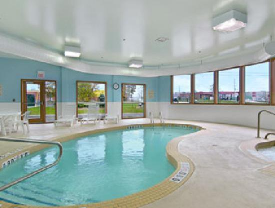 Super 8 Midland Ontario: Pool & Hot Tub Area