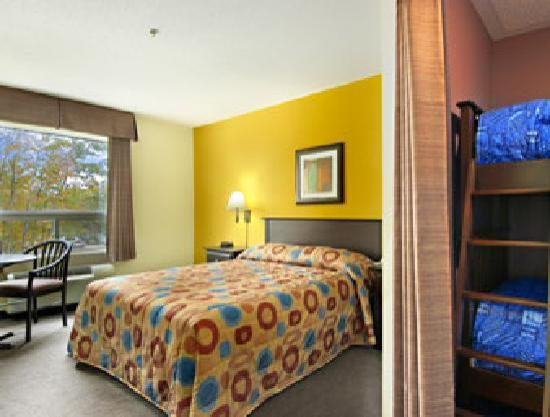 Super 8 Midland Ontario: Family Suite