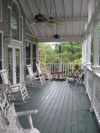 Magnolia House Bed and Breakfast: The welcoming porch