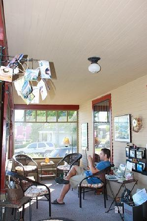 Korner Kottage Bed & Breakfast: Front Porch