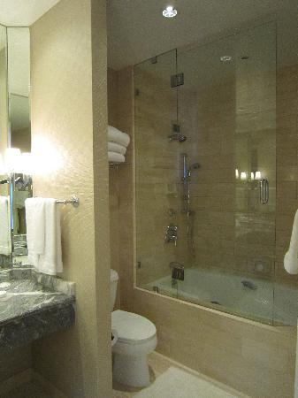Four Seasons Hotel Los Angeles at Beverly Hills: Bathroom 2