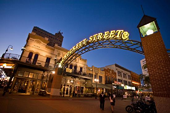 Beaumont, TX: Crockett Street offers something for everyone.   Great restaurants, fun nighlife including bars 