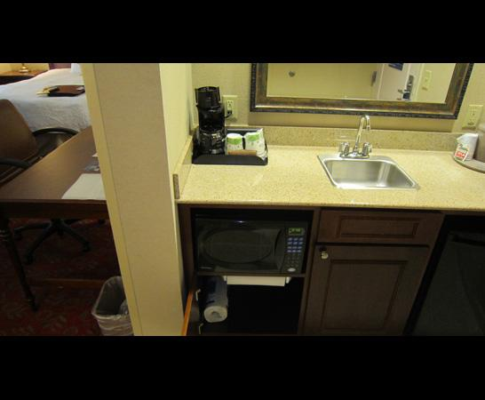 Hampton Inn & Suites Montgomery-East Chase: microwave and mini fridge