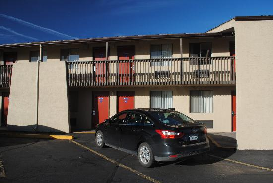 Americas Best Value Inn- Grand Junction: Parte della struttura vista dal posteggio