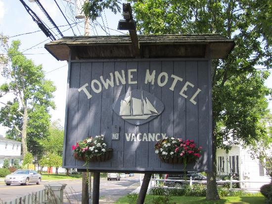 Towne Motel: The sign off the main road