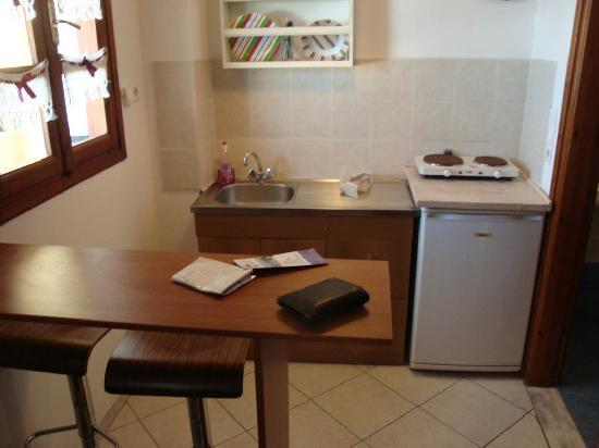 Elkaza Apartments: Kitchen area