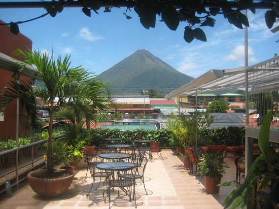 Hotel Las Colinas : The terrace garden and The Arenal Volcano View