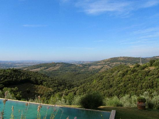 Castello di Vicarello: Beautiful pool and views