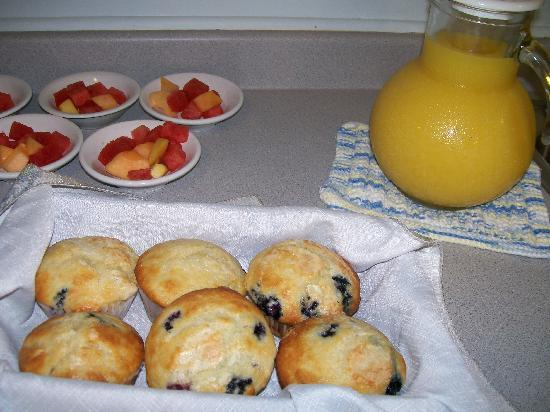 Allen Harbor Breeze Inn & Gardens: De-lish Inn-baked blueberry muffins