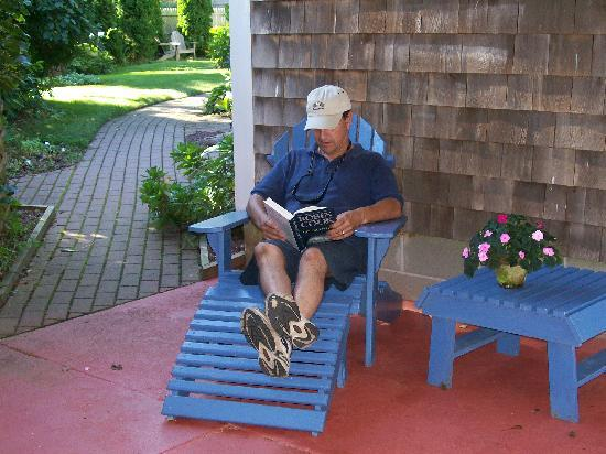 Allen Harbor Breeze Inn & Gardens: A relaxing reading nook outside our room