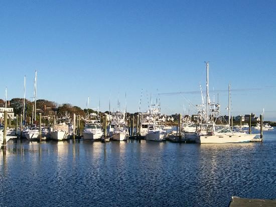 Allen Harbor Breeze Inn & Gardens: Allen Harbor Marina across the street from Inn