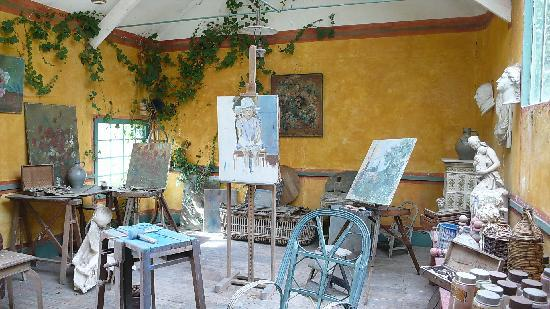 Garden behind dining room at baudy picture of restaurant for Peintre interieur