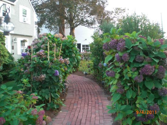 Old Harbor Inn: Entrance way to the Inn.