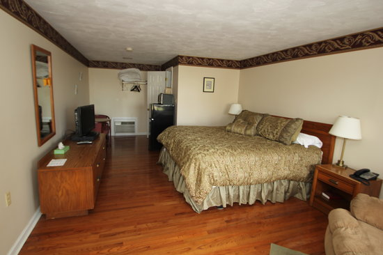 Paddlewheel Motel: Beautiful wood floors, well appointed bedroom