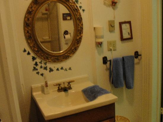 Alynn's Butterfly Inn B&B: bathroom