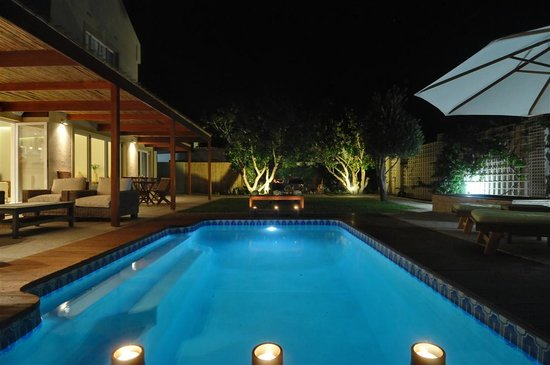 Bamboo Guest House: The pool at night