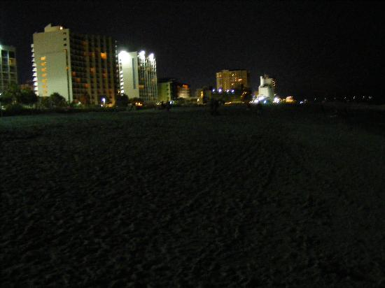 Waikiki Village: night stroll along the beach