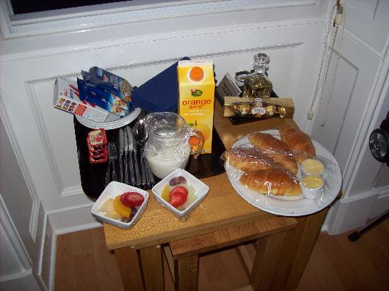 Kew House: Continental Breakfast delivered to our room the evening prior to an early day-tour start