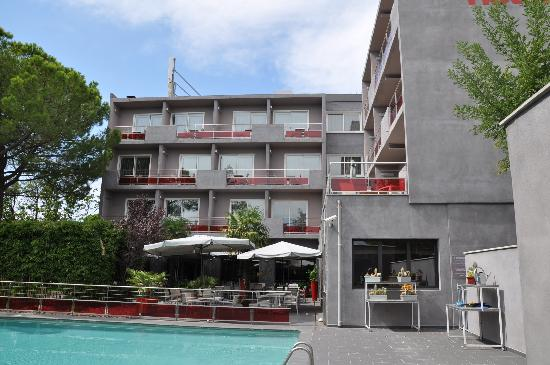 Safari Hotel: Zimmer zur Strasse und Pool
