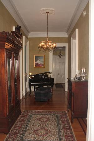Dupont Mansion B&B: Entrance hall