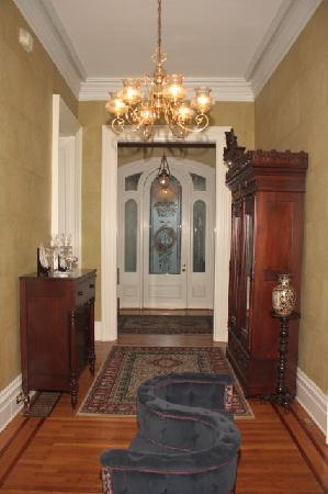 Dupont Mansion B&B: Entrance door