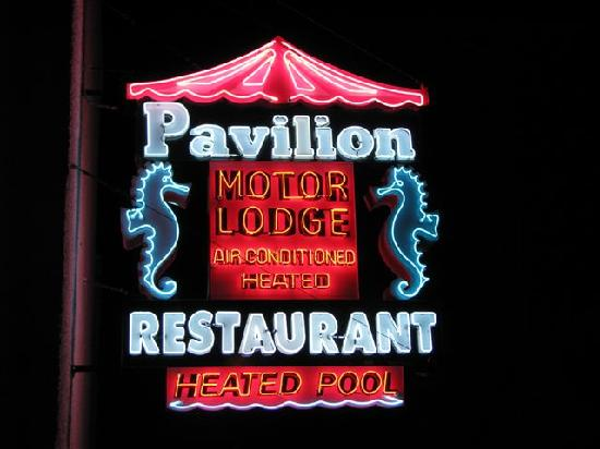 Pavilion Motor Lodge: Night time at the front entrance