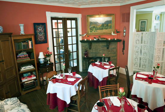 Asbury Ocean Beach Inn: Enjoy breakfast by the fireplace in our dining room