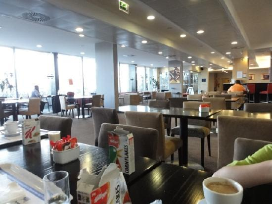 Holiday Inn Express Lisbon Oeiras: breakfast and lobby